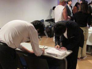 23手作りの名刺作成に大忙し(1)